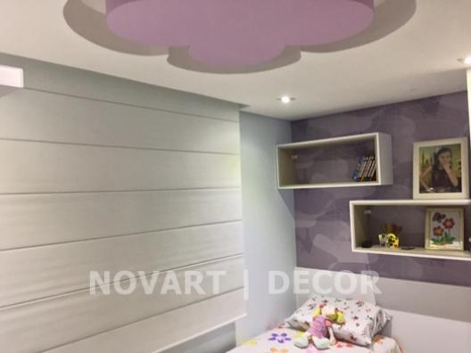 Papel de parede quarto de menina lilás entre nichos
